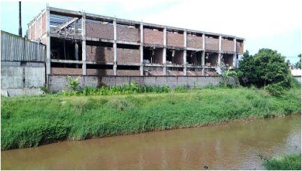 Pabrik di pinggir sungai