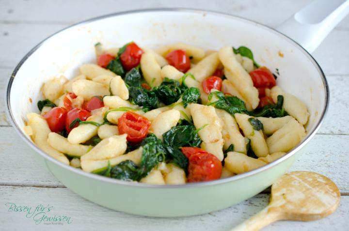 Vegane Schupfnudeln mit Spinat und Tomaten
