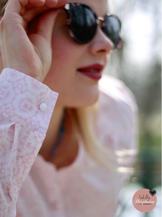 Blockprint ist eine traditionelle indische Drucktechnik mit der zauberhafte Muster in aufwändiger Handarbeit auf Stoffe gebracht werden. Ein solcher Stoff ist ein Kunstwerk, das große Wertschätzung verdient. Ich habe den Stoff Rose Surat von true Fabrics zu einer Bluse nach dem Schnittmuster Marigold von Blank Slate Patterns verarbeitet.