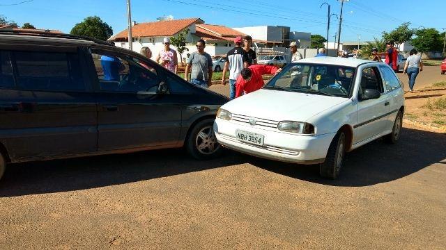 """Motorista não """"obedece"""" sinalização e causa acidente na Melvin Jones em Vilhena"""