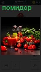 Стоит стакан с напитком и в тарелке помидоры с разной зеленью. Две запечатанные бутылки с жидкостью желтой и красной