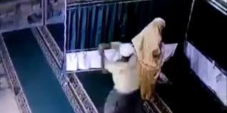 Lagi Sholat, Mahasiswi Dipukul Pria Sontoloyo dengan Balok hingga Tersungkur