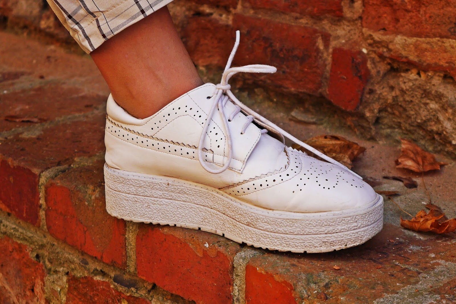 Białe buty platformy jezzówki karyn blog modowy ciekawy blog o modzie