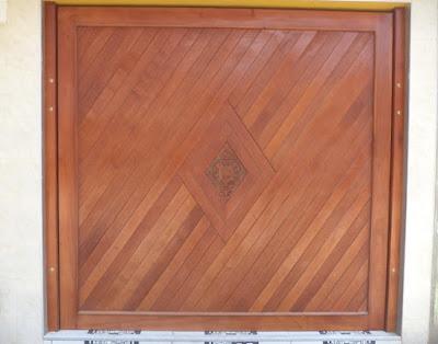 Portón de madera levadizo en Miraflores