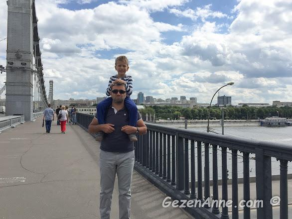 Moskova nehrinden Gorki parka doğru, uzun yürüyüşler çocuklar için yorucu olabiliyor