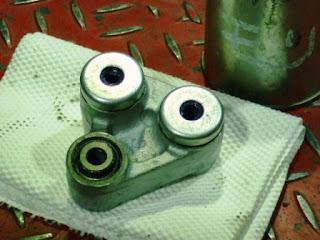 XR100モタードのサスペンションリンク。洗浄後は「これでもかっ」と思える量をパンパンにグリスを詰め込み組み立てます。