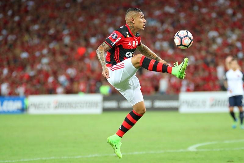 Salário de Guerrero no Flamengo paga 75% da Folha da Católica. c56c821c82f5a