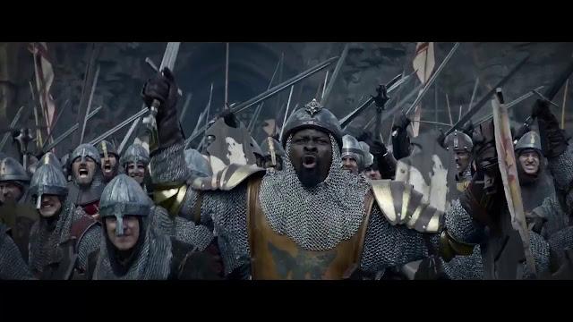 Sir Bedivere (Djimon Honsou) menant l'armée d'Arthur dans Le Roi Arthur : la légende d'Excalibur de Guy Ritchie (2017)