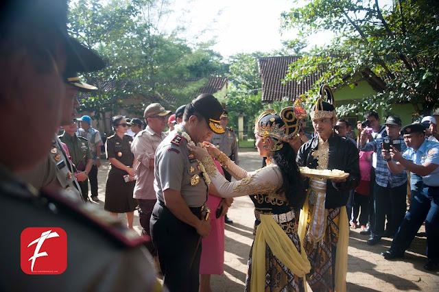Foto : KAPOLDA Jawa Barat  IRJEN POL BAMBANG WASKITO di Pantai  Pangumbahan