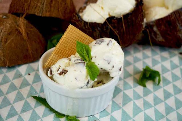 helado de coco con chips de chocolate con leche