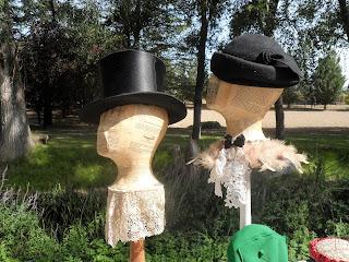 Detalle de sombreros antiguos en la feria de Sajazarra