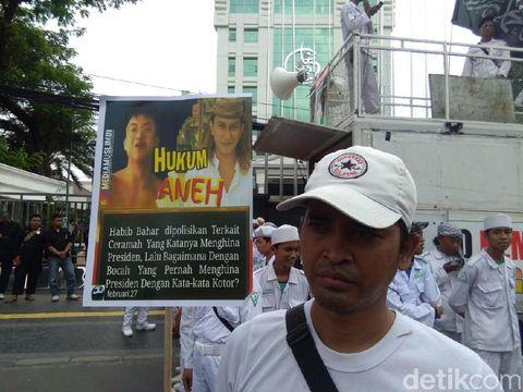 Habib Bahar Diperiksa, FPI Demo di Depan Bareskrim