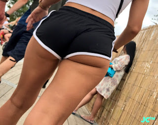 Sexy rubia micro shorts entallados