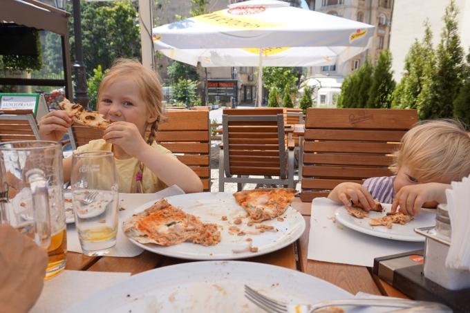 Bukarest, Romania ja lasten kanssa matkustaminen. Ruokailut, ravintolat ja hintataso.
