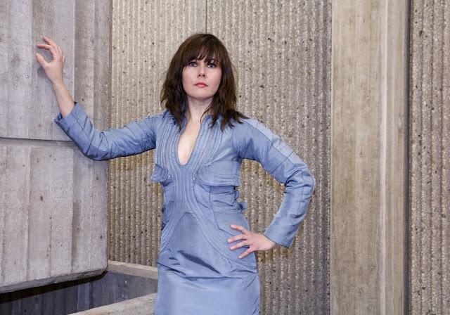 Julia Zinnbauer in Weltraumuniform und Brutalismus