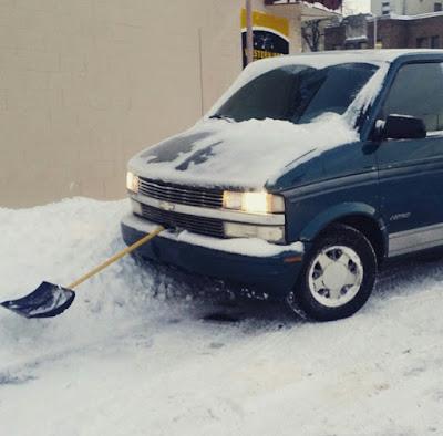 Volkswagen Transporter con pala quitanieves