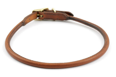 Collarino portamedaglia in cuoio inglese con lavorazione tubolare con fibbia in ottone, realizzato su misura ed interamente cucito a mano