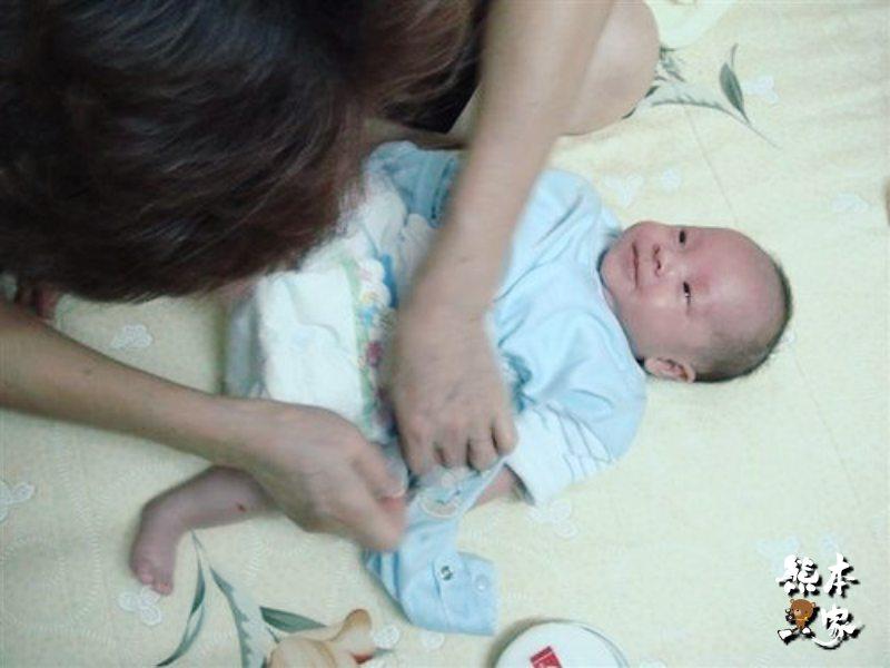 寶貝洗完澡後換衣服換尿布