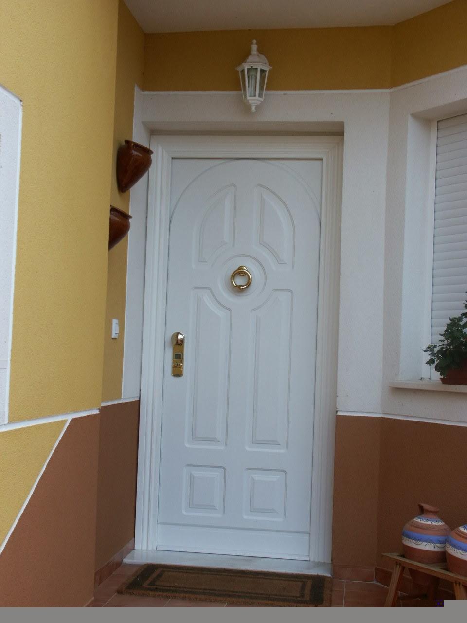 Puertas de madera exterior for Modelos de puertas de madera para puerta principal