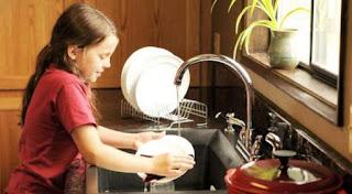 mengajarkan anak pekerjaan rumah tangga