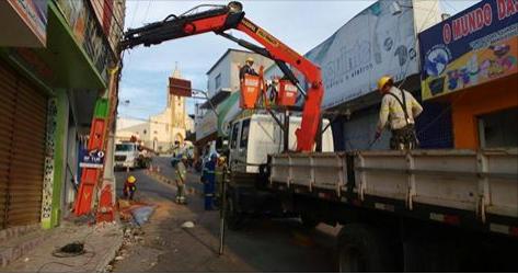 Caminhão bate em poste e deixa parte do centro sem energia em Santana do Ipanema