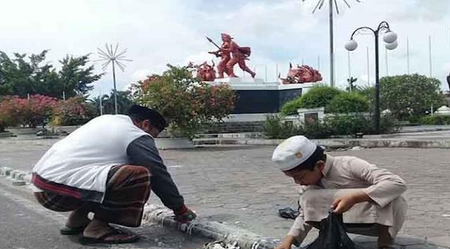 Kerak-Kerak Sisa 1000 Lilin Aksi Pendukung Ahok Mengotori Trotoar di Depan Kediaman Gubernur Riau