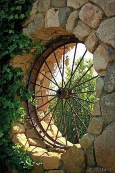 Jendela terbuat dari kerangka roda bekas