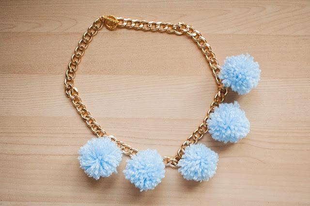 http://3.bp.blogspot.com/-VLIn9cd3mqQ/Ux4FbOfRyeI/AAAAAAAAJV4/JDMdv_ZznN4/s1600/collar+pompones.jpg