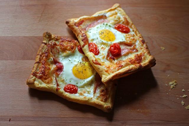 Ατομική τάρτα με σφολιάτα, αυγό και μπέικον / Pastry puff tart with egg and bacon