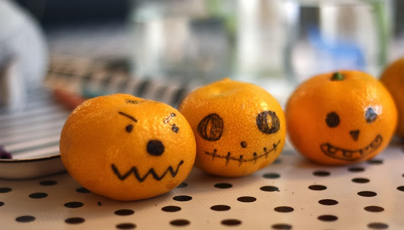 Easy halloween craft, healthy snack, trick or treat, pumpkin face oranges | Oyster & Pearl blog