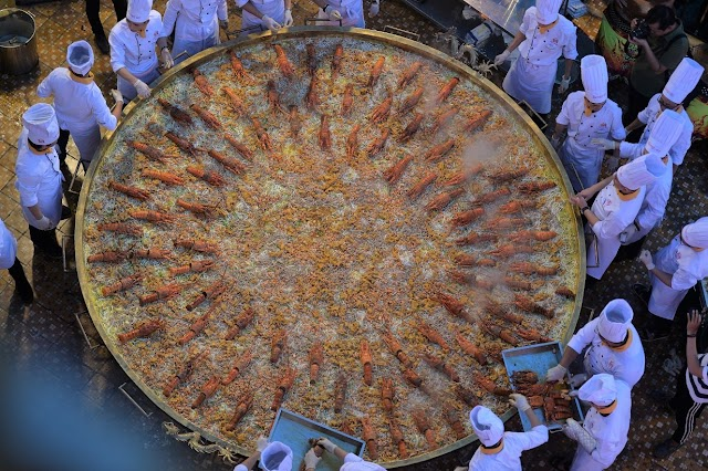 The largest cake in Vietnam, more than 3 meters in diameter