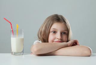 إجبار الطفل على شرب الحليب