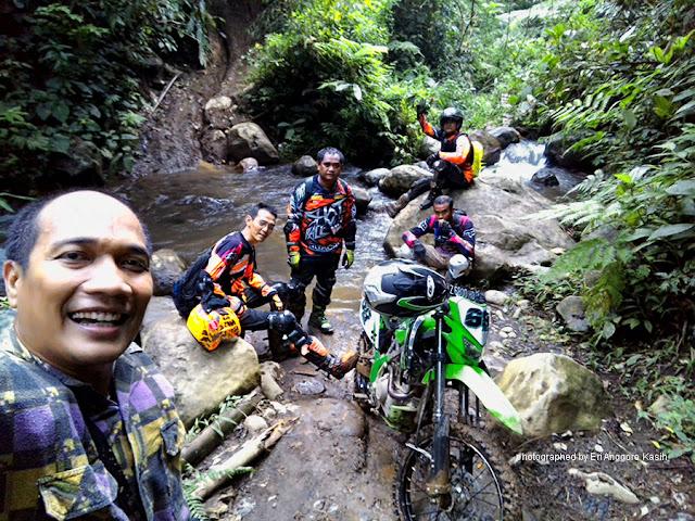 Melintasi sungai ketika trabas track trail adventure di lereng Gunung Galunggung.