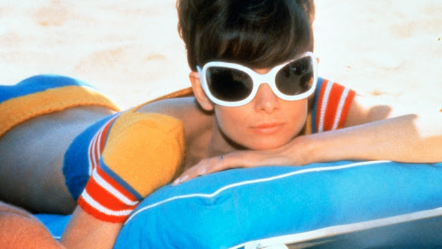Audrey Hepburn en dos en la carretera
