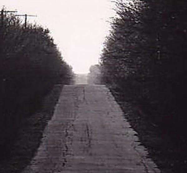 Con đường không điểm dừng hay Con đường bất tận vốn có tên chính thức là Đường Lester, thuộc thành phố Corona, Mỹ.    . Nhiều người lái xe ngang qua Đường Lester đều mất tích một cách bí ẩn  Nếu có cơ hội được đặt chân tới thành phố Corona, bang California, Mỹ, sẽ thật là thiếu sót nếu không ghé thăm con đường huyền thoại được người dân bản địa nơi đây đặt tên là Con đường không kết thúc hay Con đường bất tận.  Con đường kéo dài mãi không có điểm dừng  Con đường bất tận có tên chính thức là Đường Lester. Sau 20 năm, sự đổi thay của thành phố Corona cũng kéo theo con đường Lester không còn như xưa. Vài năm đổ lại đây, Đường Lester trở thành một con đường tối tăm khiến những người qua lại vào buổi tối đều có cảm giác con đường này không có điểm kết thúc. Thậm chí, có những trường hợp đi ngang qua đã mất tích một cách bí hiểm. Không ai nhìn cũng như nghe thấy bất cứ thông tin nào từ họ.Bí ẩn về con đường đáng sợ ngày càng lan rộng ra khắp vùng khiến người dân càng thêm hoang mang. Họ thậm chí còn không dám qua lại Đường Lester dù là ban ngày. Trong khi tin đồn về con đường bất tận ám ảnh tâm lí của không ít người lớn thì đám trẻ con vẫn không ngừng tò mò, tìm hiểu và khám phá.Một lần, khoảng mấy cô gái trẻ tuổi teen quyết định thử mạo hiểm lái xe đến Đường Lester vào đêm khuya. Quả như lời đồn, khi đã đi được một quãng nhưng nhìn từ phía đèn pha hắt ra, con đường cứ hun hút, sâu thẳm như màu đen của bóng đêm bao trùm. Bất chợt lạnh gáy, nhóm các cô gái trẻ quay xe trở lại đường cũ vì họ biết rằng, nếu cứ tiếp tục men theo con đường này, họ sẽ không thể trở lại được nữa.  Con đường ma ám hay có khúc mắc nào khác?  Những ám ảnh, lời đồn kéo dài dai dẳng qua nhiều năm về con đường bất tận đã buộc các nhà chức trách địa phương phải vào cuộc điều tra.Qua tìm hiểu, được biết, Đường Lester có một ngã rẽ đột ngột bên tay trái ở phía cuối đường, hơn thế lại không có hàng rào bảo vệ. Ngoài ra, con đường này nằm dưới một khe núi. Mặt bên kia của khe núi lại là một con đường khác 