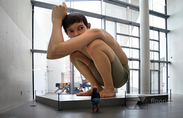 """Instalacja z wosku """"Boy"""" australijskiego artysty Rona Mueck'a w ARoS w Aarhus"""