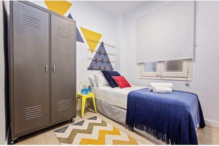 dormitorio con cabecero imitando un futbolín