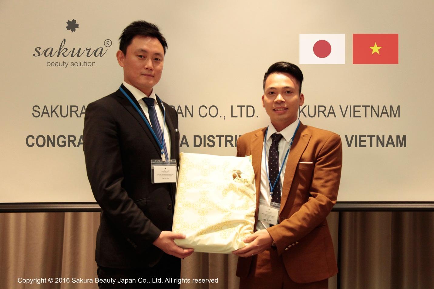 Ông Hoàng Anh Tuấn- Đại diện công ty cổ phần mỹ phẩm Kang Nam gặp gỡ Phó giám đốc Yamamoto Kazuya- đại diện Sakura Nhật Bản