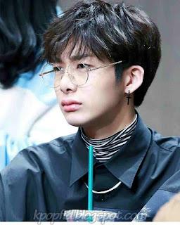 Foto Imut Hyungwon Monsta X Pakai Kacamata Terbaru 2017