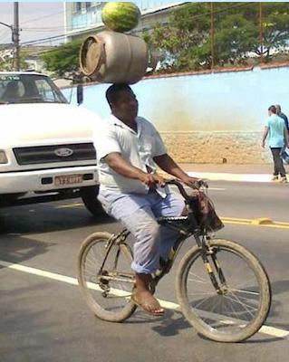 smiješna slika crnac na biciklu