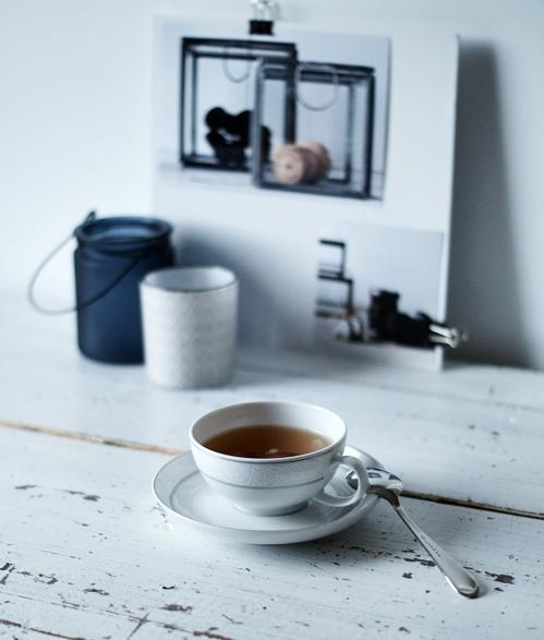 gefüllte Teetasse mit Teelöffel und Deko im Hintergrund { by it's me! }