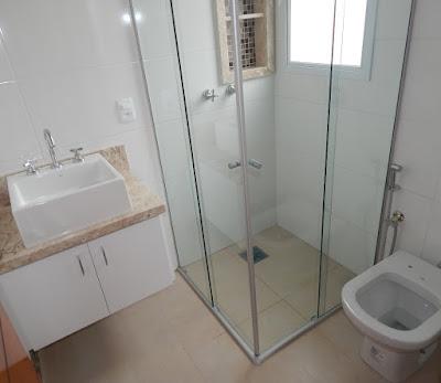 Os componentes das instalações hidráulicas e elétricas do imóvel foram fornecidos pela Luminaqua, seguindo as normas técnicas vigentes. Todas as bacias sanitárias são contempladas com duchas higiênicas.