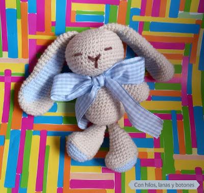 Con hilos, lanas y botones: conejito amigurumi