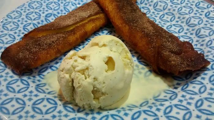 Filloas de crema con helado de vainilla en Vinateros 28