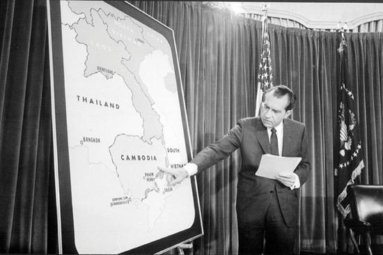 El presidente Nixon usando un mapa de la CIA en 1970