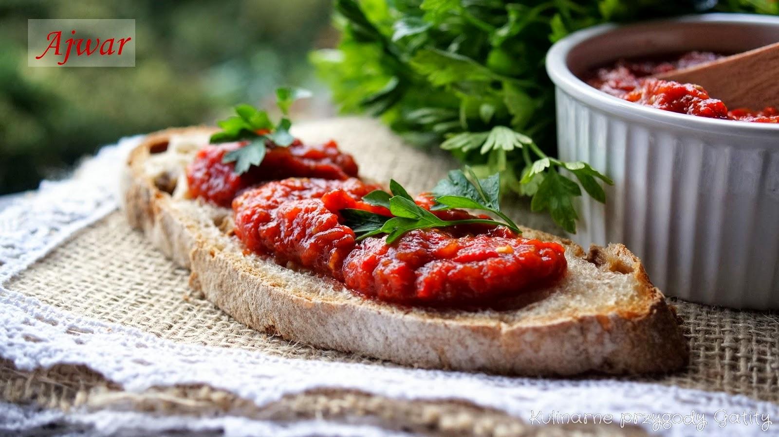 czerwona-pasta-na-kromce-chleba