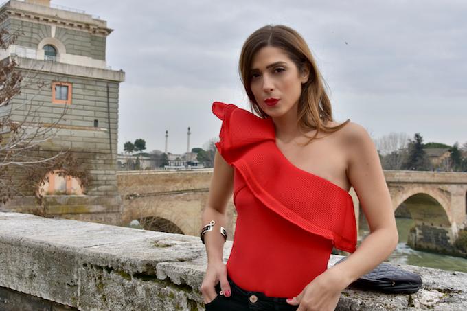 Stivali rossi di vernice: il trend dell'autunno 2018
