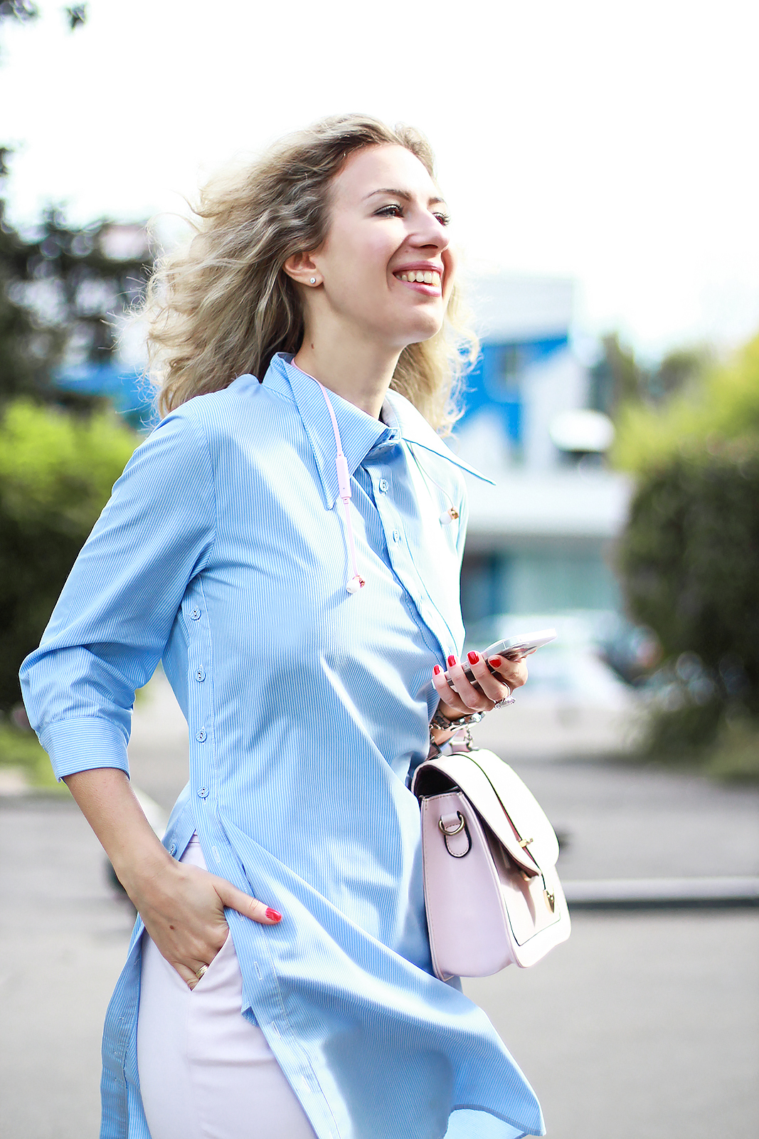 margarita_maslova_blue_shirt_dress_back_pink_pants_sudio