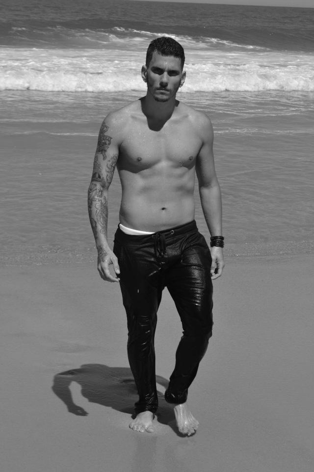 Lucas Monteiro, candidato a Mister Caxias 2017, posa sem camisa para ensaio em praia do Rio. Foto: Sidney Boock