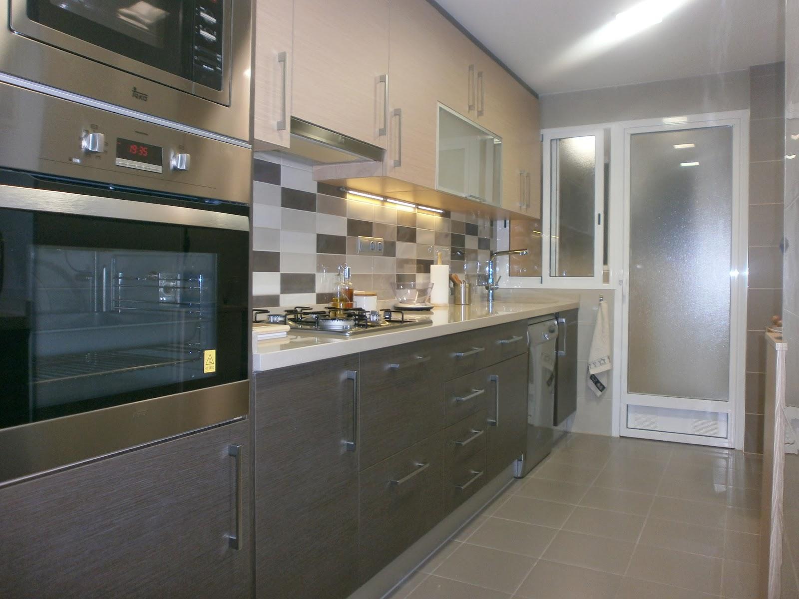 Diseño intemporal: una sobria cocina en dos tonos - Cocinas con estilo